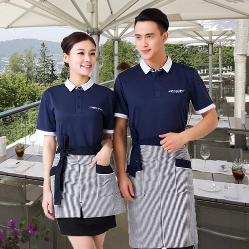 Hình ảnh áo thun đồng phục nhân viên quán ăn khi phục vụ khách hàng.