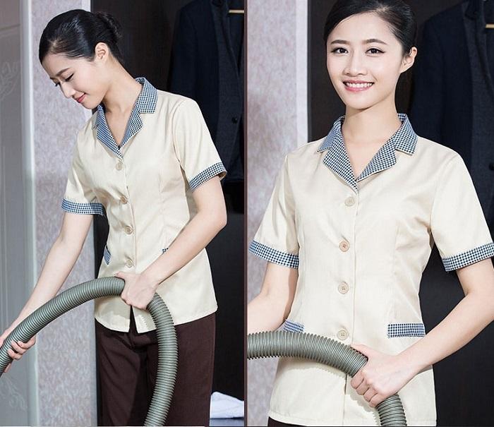 Đồng phục nhân viên vệ sinh làm việc trong nhà.