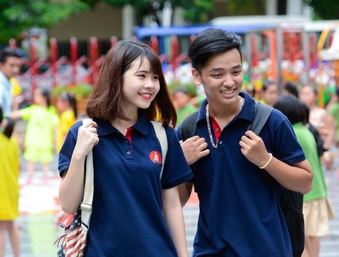 Chiếc áo đồng phục với logo trường học giúp học sinh thêm yêu ngôi trường