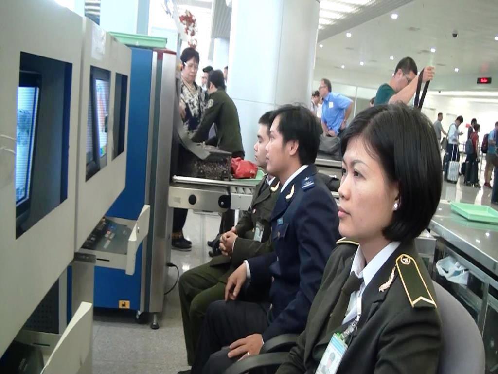 Tùy vào mỗi nơi sẽ có đồng phục nhân viên an ninh hàng không riêng biệt.